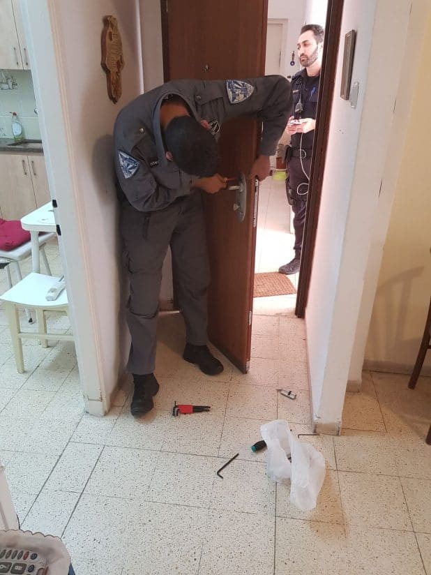 השיטור העירוני קרית מוצקין מחליף את המנעול בביתה של הקשישה. צילום: דוברות העירייה