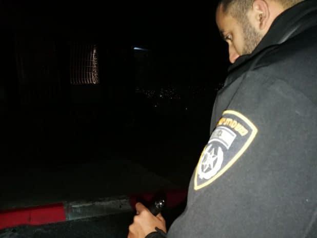 השוטרים בזירת האירוע (צילום דוורות המשטרה)