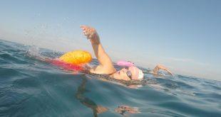 עידית והמלווה בים (צילום: עצמי)