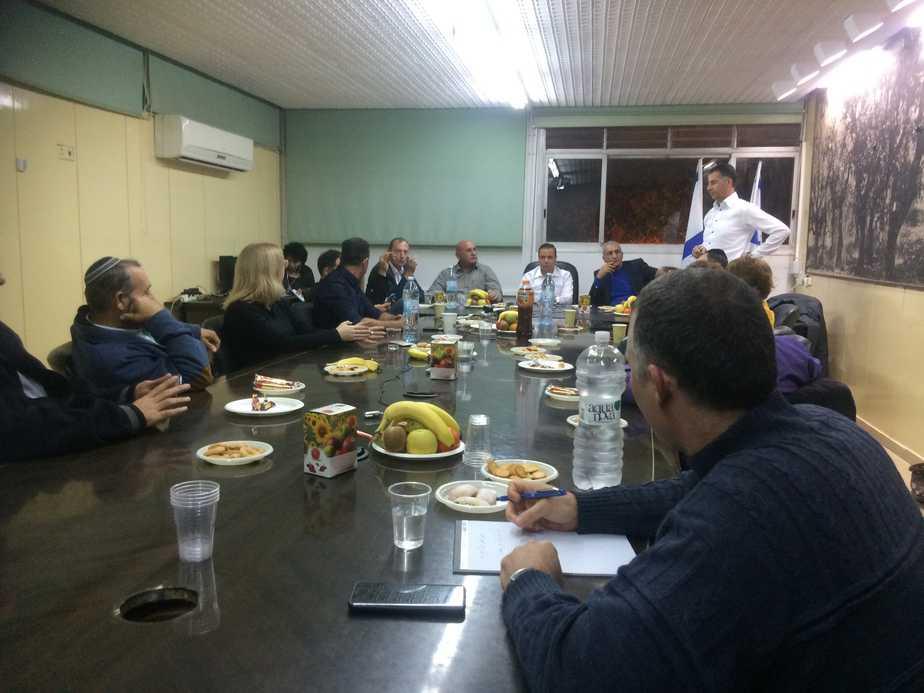 הישיבה הערב (צילום: נירית שפאץ)