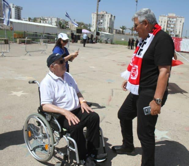 מאיר דרורי עם ראש עיריית חדרה צביקה גנדלמן, צילום: שלומי גבאי