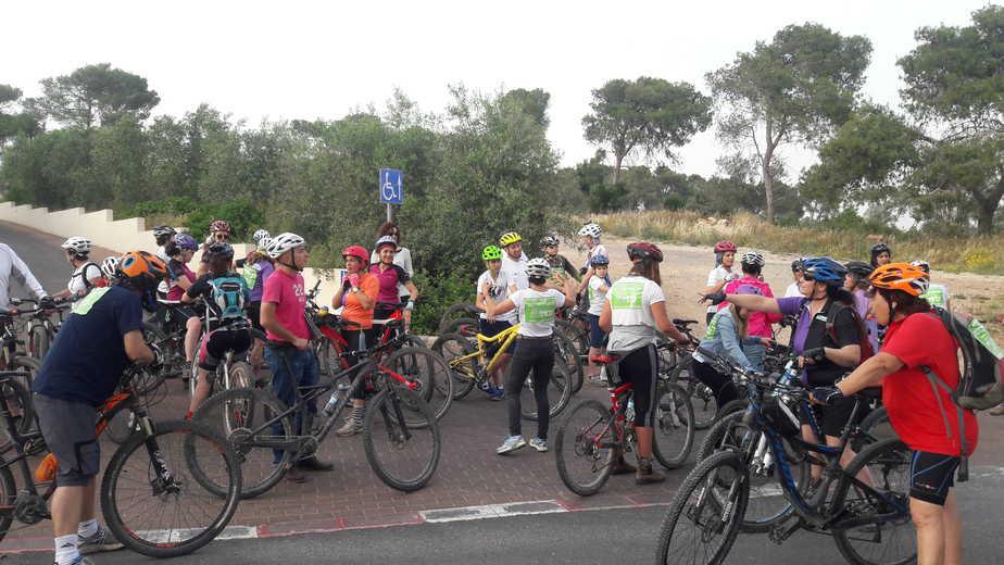 רכיבת המחאה למען שביל אופניים לצד הכביש הראשי מזכרון יעקב לבנימינה (צילום: יורם אסידון)