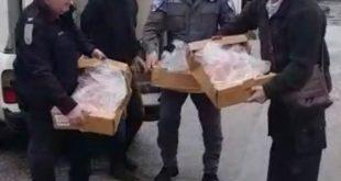 השוטרים מחרימים את הסחורה (צילום דוברות המשטרה)