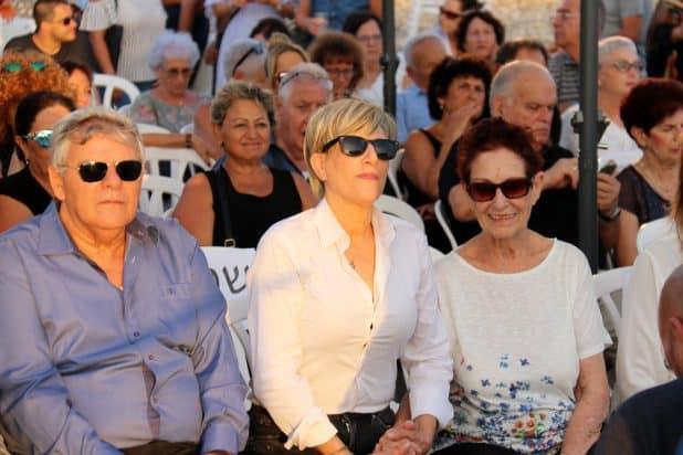 עם אמא, דליה, וראש עיריית חדרה, צביקה גנדלמן, בטקס הסרת הלוט מהגלעד לזכרו של נחום היימן בנחל חדרה (צילום: גיא שער)