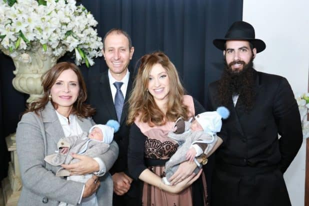 ניצן ושמעון כהן ושמעון ודורית לנקרי עם הנכדים (צילום באדיבות עיריית עכו