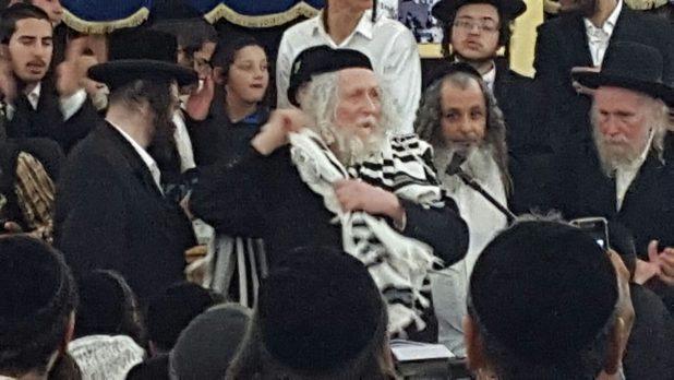 הרב בבית הכנסת הגיאורגי ברגום הערב צילום: אדריאן הרבשטיין