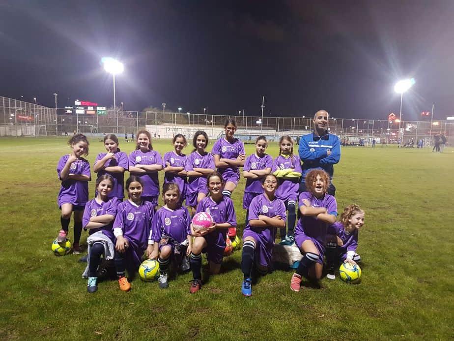 בנות הקבוצה עם המאמן,ליאור נחום (צילום: פרטי)