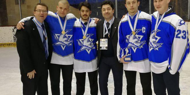 כיתוב: הישג בינלאומי. נציגי מעלות בנבחרת ישראל עם גביע האליפות (צילום: באדיבות עידן כפיר)