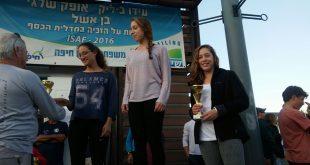 פודיום משפחתי. נועה ושירה סילס בטקס הענקת המדליות (צילום: משה מור)
