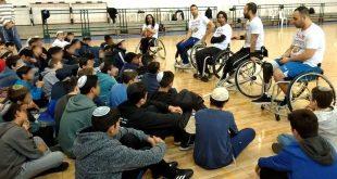 כדורסלני סל-גל ותלמידים (צילום: דוברות)