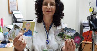 מירי בלאופלד עם הקלפים שהכינה מיצירות של חולי פרקינסון . צילום: דוברות כללית