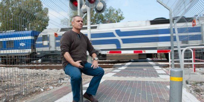 נחום מזוז במחסום הרכבת בקרית מוצקין (צילום: דורון גולן)