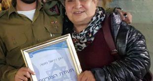 הסבתא הגאה מברכת את דניאל משה המצטיין
