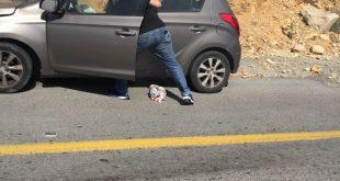 נחום מזוז והמכונית הבוערת. צילום: יונתן בוכריס