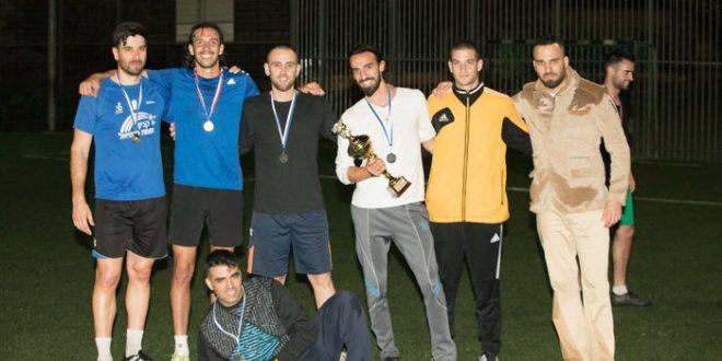 הכי טובים בעיר. נתנאל הררי (מימין) עם שחקני הקבוצה המנצחת בטורניר פסח (צילום: אלכס הובר)