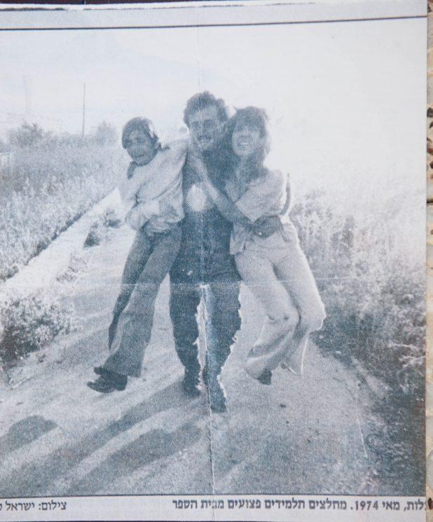 צילום רפרודורציה של פנחס גלעד מציל שני בני ערובה מירי המחבלים. הצילום המקורי: ישראל סאן