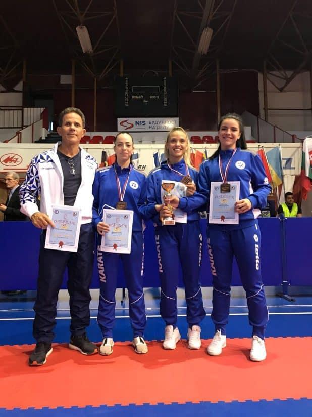 נבחרת ישראל באליפות סרביה. משמאל: יואל בן הרוש ובתו טל