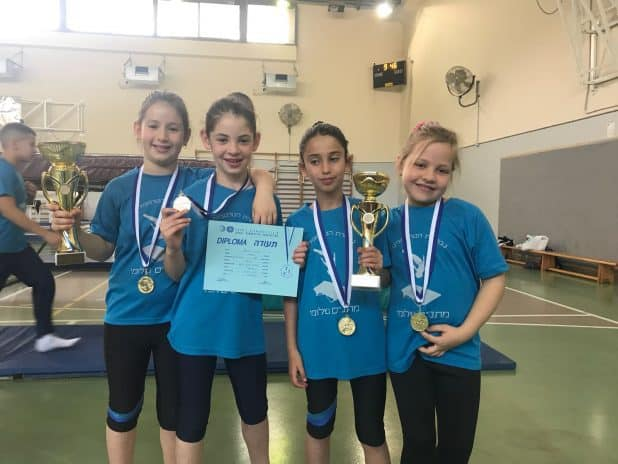 הגביע שלהן. קבוצת הבנות של שלומי: איבון, שירה, רז ואילנה, עם גביע האיגוד (צילום: אביעד אלבו)