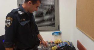 השוטרים מחרימים הצעצועים המסוכנים (צילום דוברות המשטרה)