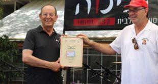 נחום קדמיאל מעניק תעודה לראש העיר עדי אלדר - צילום עיריית כרמיאל