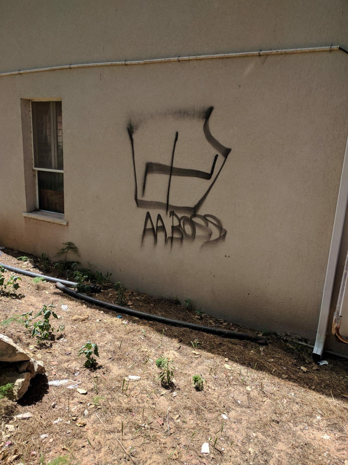 צלב קרס על קיר בית כנסת צילום עצמי