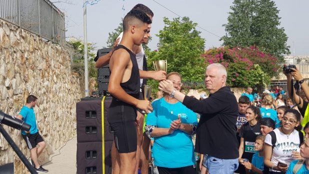 ראש העיר רונן פלוט מעניק מדליות למשתתפים (צילום עצמי)