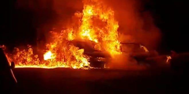 התלקחו במהרה. הרכבים אמש בקרית מוצקין (צילום כיבוי אש מחוז חוף)