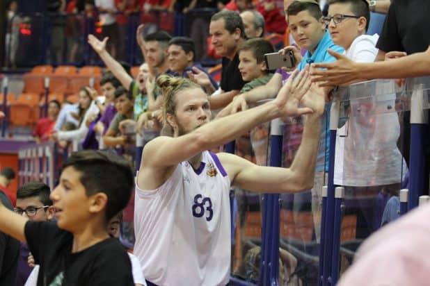 יהונתן שולדבראנד מודה לקהל (צילום: אדריאן הרבשטיין)