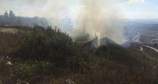 האש הגיעה לחצרות הבתים (צילום יצחק סולומון)