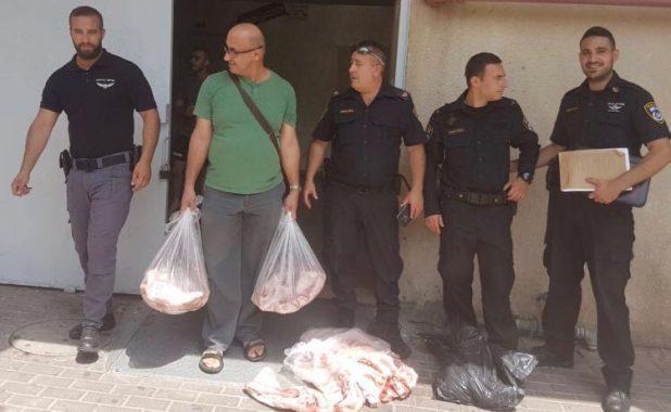 השוטרים מחרימים את הבשר (צילום דוברות המשטרה)