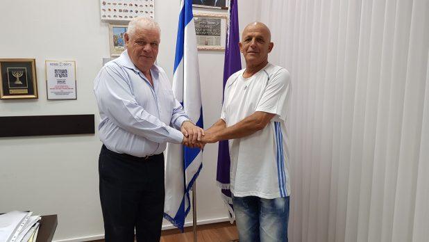 ראש העיר מודה למאיר זנו על האזרחות הטובה (צילום דוברות העירייה)