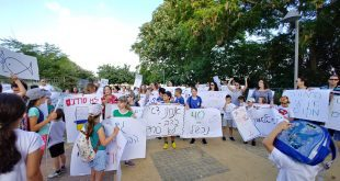 מפגינים נגד הצפיפות בגבעת רם. צילום: אבשלום סקוטלסקי