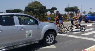 רוכבים בלי קסדה. צילום: עמותת אור ירוק