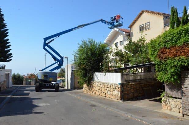 מחליפים גגות אזבסט. אחד הפרויקטים (צילום: דוברות החברה)