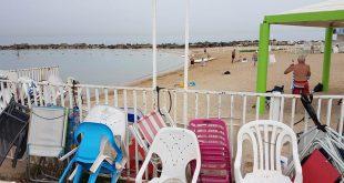 הכיסאות שנזרקו בחוף גלי גליל צילום פרטי