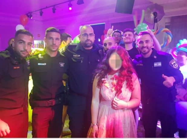 שוטרי התחנה והנערה (צילום משטרת ישראל)