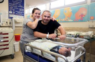 """רמבם וגונל חודטוב עם בנם הקטן, היום במערך ההיריון והלידה של רמב""""ם. צילום: פיוטר פליטר."""