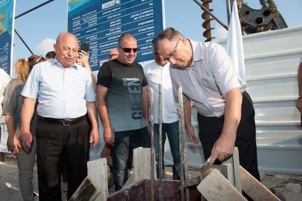 """דוקורסקי ומ""""מ ראש העיר יוסי אזריאלי בטקס הנחת אבן פינה לבית הספר החדש בשכונת אפקה (צילום דורון גולן)"""