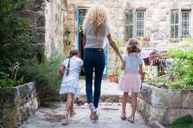 """""""כל יום הבנות שלי ביקשו לא ללכת לצהרון, וכבר שבועיים אני לא ישנה"""". האם ובנותיה צילום: דורון גולן"""