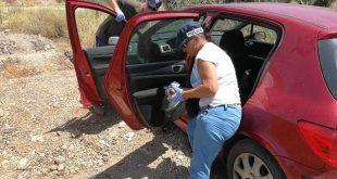השוטרים סורקים את רכבו של החשוד (צילום דוברות המשטרה)