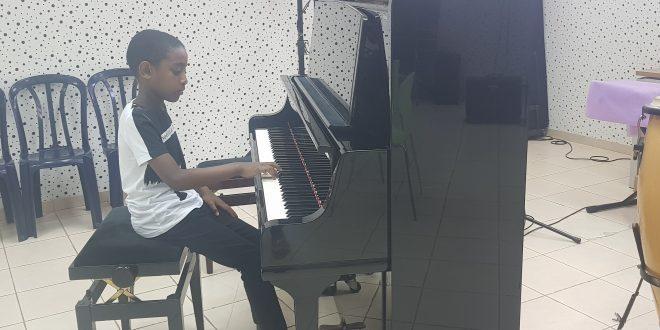 אושרי ביטאו מנגן (צילום עצמי)