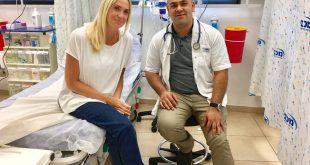 דר מוחמד רביע והמטופלת רוקסי פרגון צילום מכבי שירותי בריאות