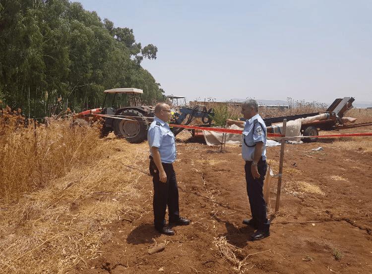 השוטרים בשדות המושב (צילום דוברות המשטרה)