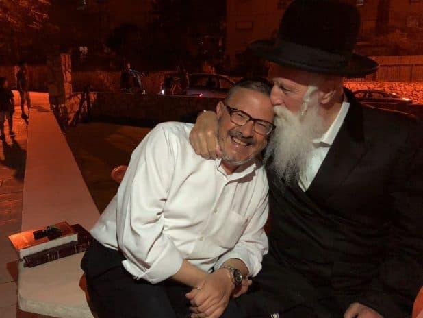 נציגו של הרב. משה לוי והרב גרוסמן (צילום עצמי)