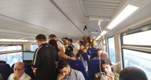 אנשים מצטופפים ברכבת עומדת השבוע (צילום: שחר בן זאב)