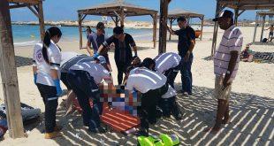 """אנשי מד""""א מטפלים בטובע בחוף דור. צילום: דוברות מד""""א"""