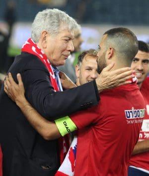היו זמנים. הקפטן עדן בן בסט והבוס יואב כץ בסיום גמר הגביע (9.5.18)  צילום: אדריאן הרבשטיין