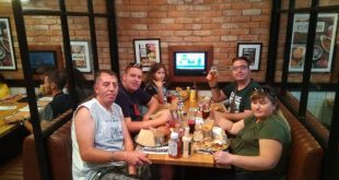 משפחת כהן חוגגת עם ראובן גולני (צילום עצמי)
