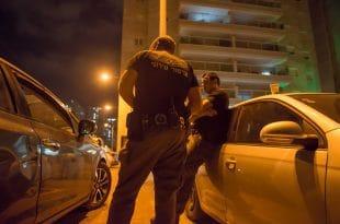 מעצר החשודים ליד ביתו של ציקי אבישר. צילום: דורון גולן