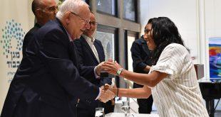 שלי ישראל בטקס עם נשיא המדינה ראובן רובי ריבלין צילום: קובי גדעון/ GPO